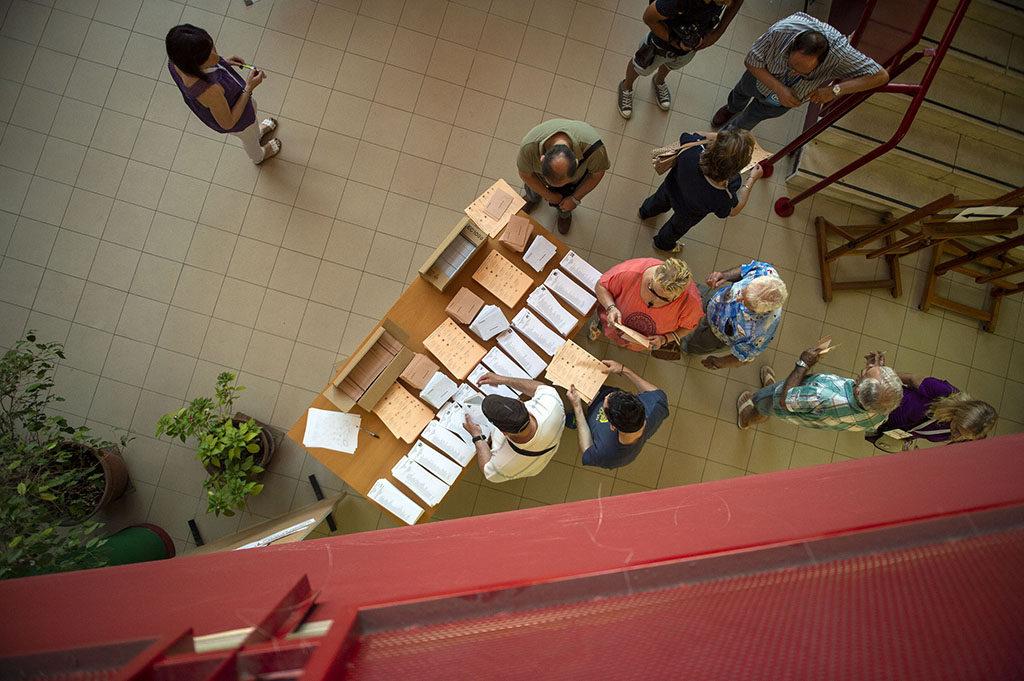 Varias personas acuden a votar en las elecciones de 2016.ÁLVARO MINGUITO